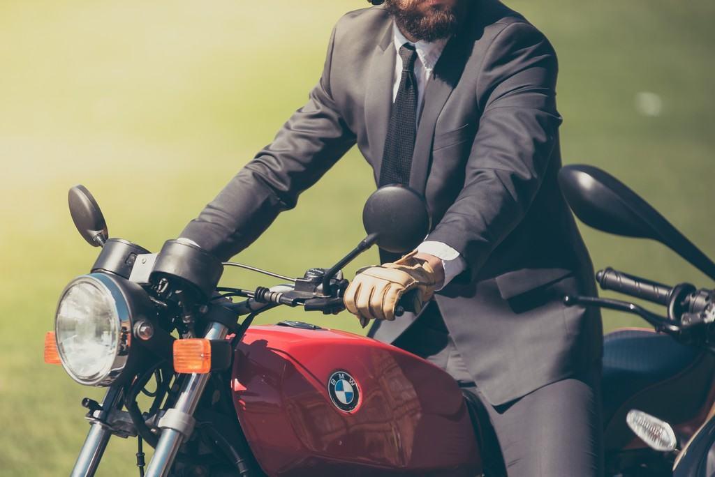 port de gants pour les motards